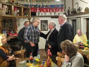 Vorsitzender Franz Neuhaus und Geschäftsführer Günter Voss gratulieren Dieter Grasekamp zum Weltmeyer-Preis für seinen Hengst Frisco. Foto: Jörn Hartwig